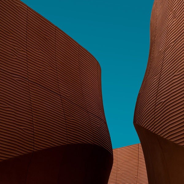 Modern-architecture-of-flowing-organic-shapes-600x600