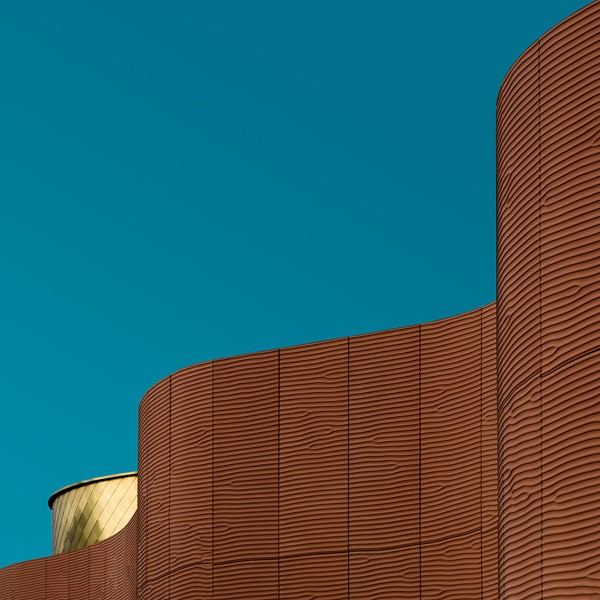 Undulating-architecture-in-front-of-the-blue-sky-600x600