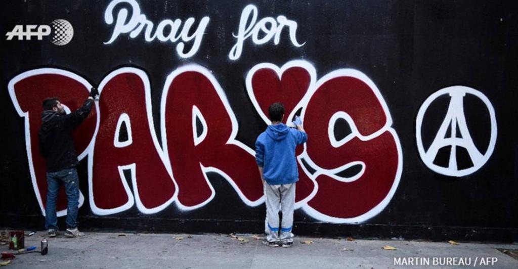 Pray-for-Paris-place-de-la-Republique (1)