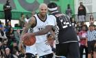 Chris Brown a The Game přistiženi, jak si během zápasu Hip-Hop All Star dopřávají blunt